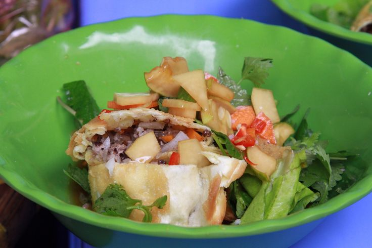 I Hanois gamle bydel finder man rigtig mange deciderede gadekøkkener eller mindre lokaler, hvor der koges, grilles og steges dagen lang. Det er her de fleste vietnamesere spiser et eller flere måltider lige fra morgenmad til den sene aften. Gadekøkkener kan være så simple at al tilberedes ved fortovskanten eller der kan være et lille butikslokale med køkken eller siddepladser.