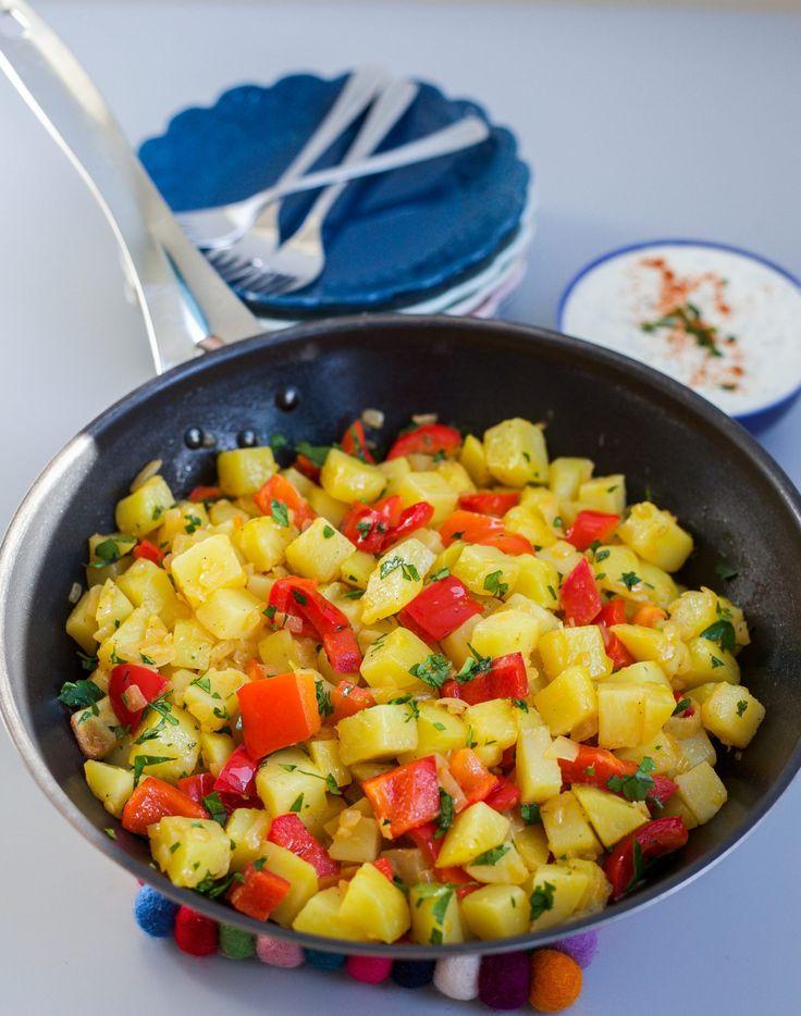 Goda potatisbitar med smak av vitlök, smör och paprika. Ljuvligt gott! Servera som en huvudrätt med sallad och en god dressing eller som tillbehör till maten. 6 portioner 1 kg fast potatis 2 röda paprikor 1 gul lök 1 vitlöksklyfta Ca 20 g smör till potatisen Smör & olja till stekning Finhackad persilja till garnering Salt & peppar Serveringsförslag: Örtyoghurt- recept finns HÄR! Gör såhär: Skala och hacka potatisar i tärningar. Koka upp dem hastigt i saltad vatten, ca 5 min. Låt sedan...