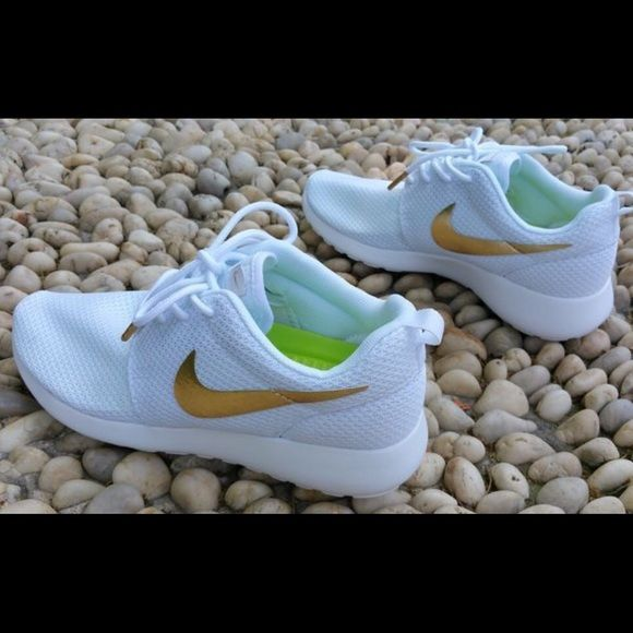 Custom Roshe Run White/Gold A unique unisex shoe looks great on both men and…