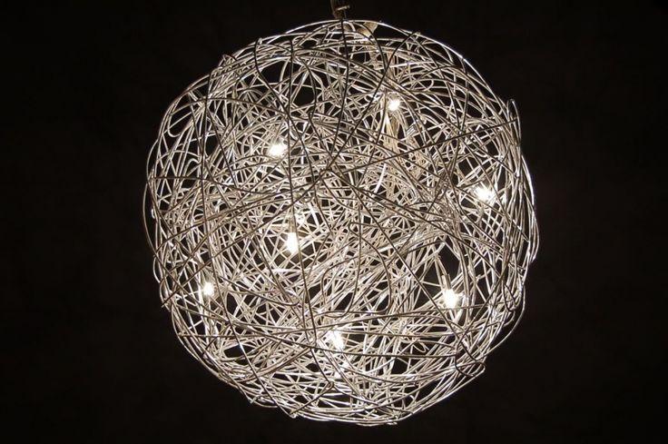 hanglamp 70590:  De nieuwste trend in draadgaas lampen; mooi dicht gewikkelde bol, maar nu gemaakt met dikker draad. Deze draadbol van metaal is een bijzonder en zeer exclusief product!  Kenmerken van dit model: - Mooi rond gewikkeld. - 10 watt halogeen. (een dimmer is lang niet altijd nodig) - Veel kleinere en plattere plafondkap dan bij andere merken. - Voorzien van langer snoer.  Afmetingen: diameter: 50cm. Maximale totale hoogte inclusief bol: 187cm.