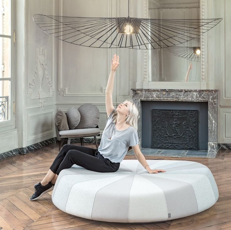 Vertigo Petite Friture #design di Constance Guisset Studio. Una scultura luminosa, incredibilemente leggera e originale! La sua forma ricorda quella di un cappello e dà un'impressione di intimità, mimetizzandosi naturalmente negli spazi della casa, sospesa e quasi impercettibile.   #interiordesign #petitefriture #vertigo #lampen #lamp #lampe #lampade