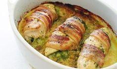 Αυτο το φαγητό δεν υπάρχει!Λαχταριστά ρολάκια κοτόπουλο με τυρι κρεμά και πιπερια τυλιγμένα με κρατσανιστο μπέικον! Υλικα 4 φιλέτα από στήθος κοτόπουλου 90 γρ. τυρί κρέμα χρωματιστες πιπεριες κομενες σε κυβάκια 8 φέτες μπέικον κομμένες στη μέση Εκτέλεση Πλένουμε τα στήθη κοτόπουλου και