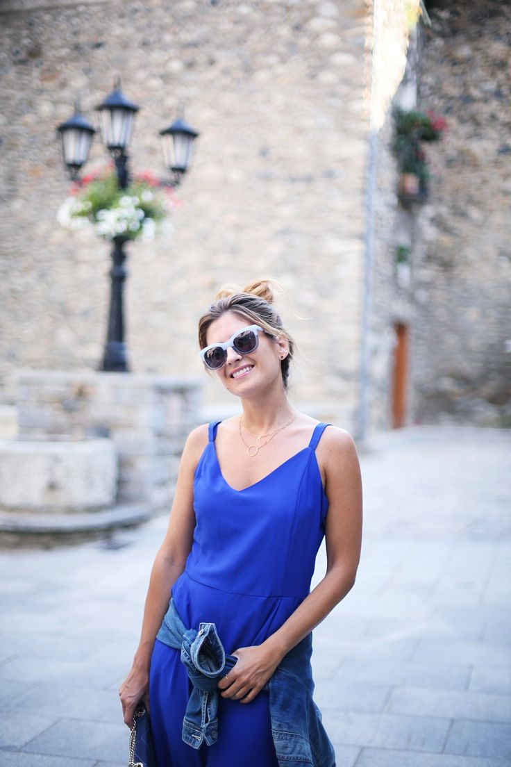 Casual Look. Look con mono azul y cazadora vaquera. A trendy life. #casual #moda #fashion #monoazul #jumpsuit #culotte #sneakers #messybun #cayrowoman #bimbaylola #gloriaortiz #adidas #outfit #fashionblogger #atrendylife www.atrendylifestyle.com