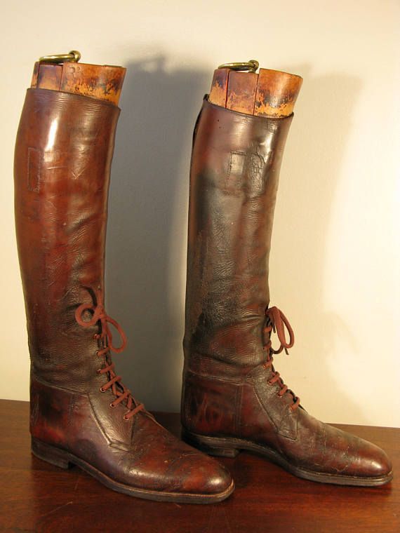 Superb Edwardian Period Long Leather Field Boots and Hard Wood Lasts WW1 British Army Cavalry Officer Pattern Maxwel Dover Street London England C1915  A superb pair of Edwardian period WW1 British army officer leather long field boots with hard wood boot lasts marked FIELD and bear the famouse Maxwell Dover St London plaques. These are original vintage boots not later reproductions.  In good vintage condition, can be worn would like fantastic at Goodwood revival with uniform or as superb…