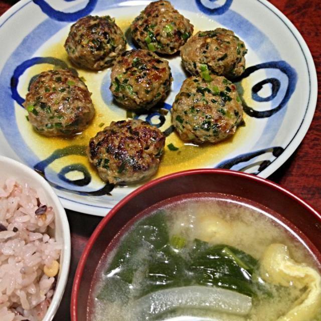 家にひき肉しかなかったから、以前作ったつくねを再度作ってみた〜 うまい◎ - 10件のもぐもぐ - ニラつくね&油揚げと大根とほうれん草の味噌汁 by palico