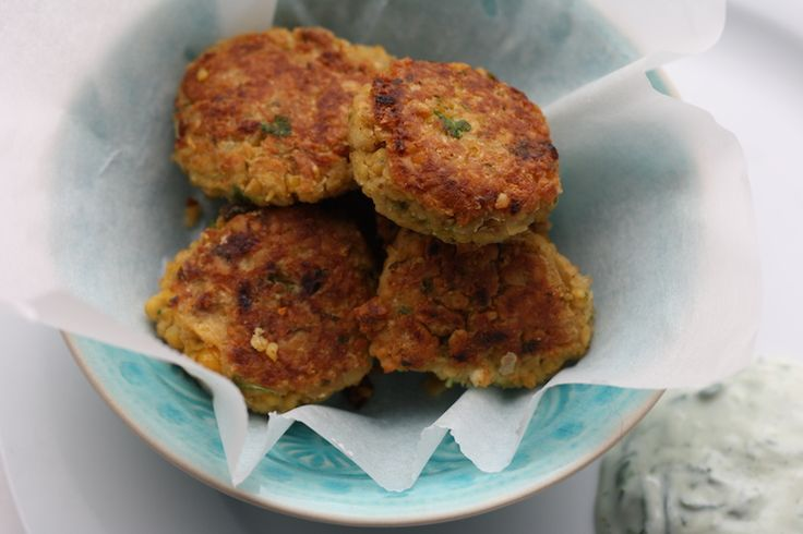 falafel - 1 pot kikkererwten (400 gram) - 1 ei - 1 teen knoflook - 1 flinke hand peterselie - 1 ui, fijngesneden - 1 theelepel korianderpoeder - 1 eetlepel gemalen komijn - peper, zout, olie