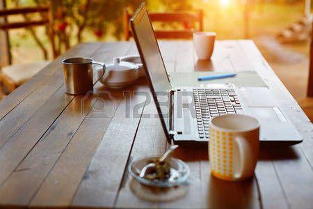 praca: Laptop, telefon i kawy w ogrodzie - niezależny lub zdalne koncepcja pracy. mała głębia ostrości, koncentrują się na klawiaturze