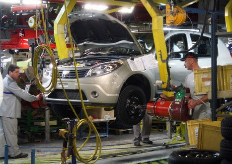 """Primă de Paște substanțială pentru angajații de la Automobile Dacia. Prima va fi 1.023 de lei brut pentru fiecare angajat. Suma va fi plătită de administrație în două rate: 957 de lei brut pe 3 mai și 66 de lei brut pe 10 iunie. Este cea mai mare primă de Paște de care beneficiază angajații de la """"Dacia"""""""