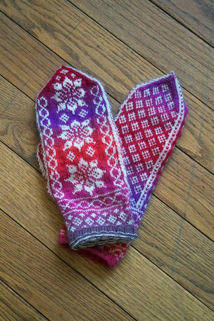 Lotus mitts (Ravelry). Exquisite color gradients in the background yarn.