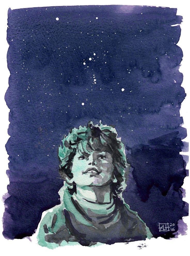 Chłopiec patrzy w gwiazdy na nocnym niebie.