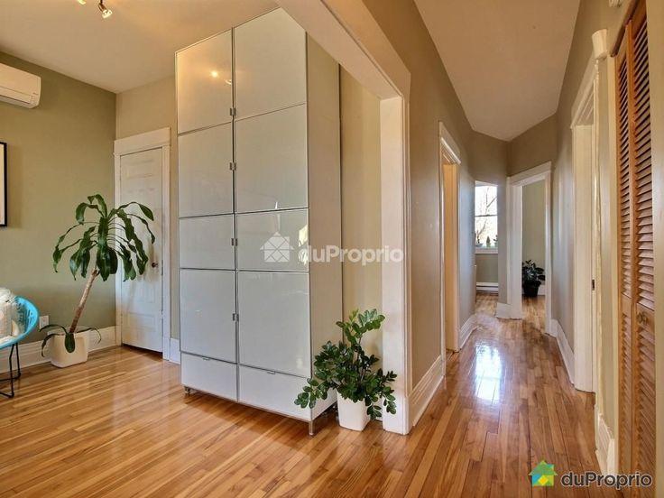 Couloir desservant plusieurs pièces de l'appartement
