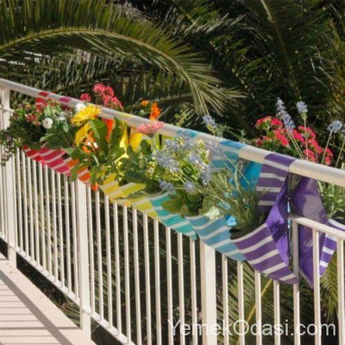 En sevdiği bitkiler ve çiçeklerle dekore edilmiş bir balkonda oturmak eminim herkesin hoşuna gider. Geniş balkonları olanlar rahatlıkla istediği saksılarla balkonlarını süsleyebilir. Fakat küçük ve dar balkona sahip olanlar alanın saksılarla daha fazla küçüleceğini düşündüğü için dekorasyonda kullanmaktan çekinirler. Elbette küçük balkonları saksılar iyice daraltacaktır. Fakat yerden tasarruf etmenizi sağlayan balkon dekorasyon fikirleriyle bu problemi kolaylıkla aşabilirsiniz. Nasıl mı?…