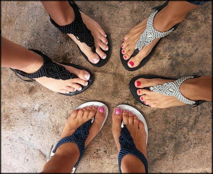 Hermosas sandalias tejidas a mano con la técnica del Macramé sobre una base de piel y suela antiderrapante...