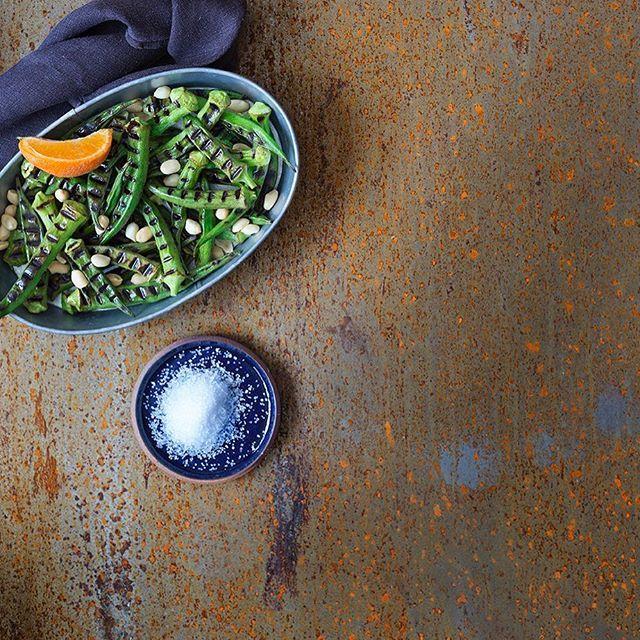 Nem dá pra acreditar que um quiabo pode ficar tão sequinho. Veja como no cozinhavibrante.com.br. Foto, produção culinária e de objetos do meu @estudioisaeleticia 💙 Grilled okra.
