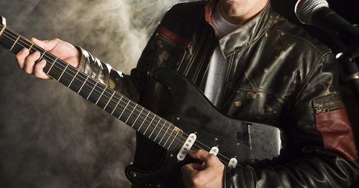 Cómo transportar usando un capo. Algunas veces es deseable transportar una canción a un tono diferente. Esto generalmente se hace para apoyar el rango vocal preferido de un cantante o para acomodar el rango o arreglos preferidos de otro instrumento. El capo es un dispositivo simple que permite la fácil transposición en una guitarra. Atándolo o colocándolo en el brazo sobre ...