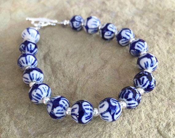 Синий и белый браслет с керамические шарики, стерлингового серебра круглых бусин, цветок штампованные бусины и посеребренная замочек.
