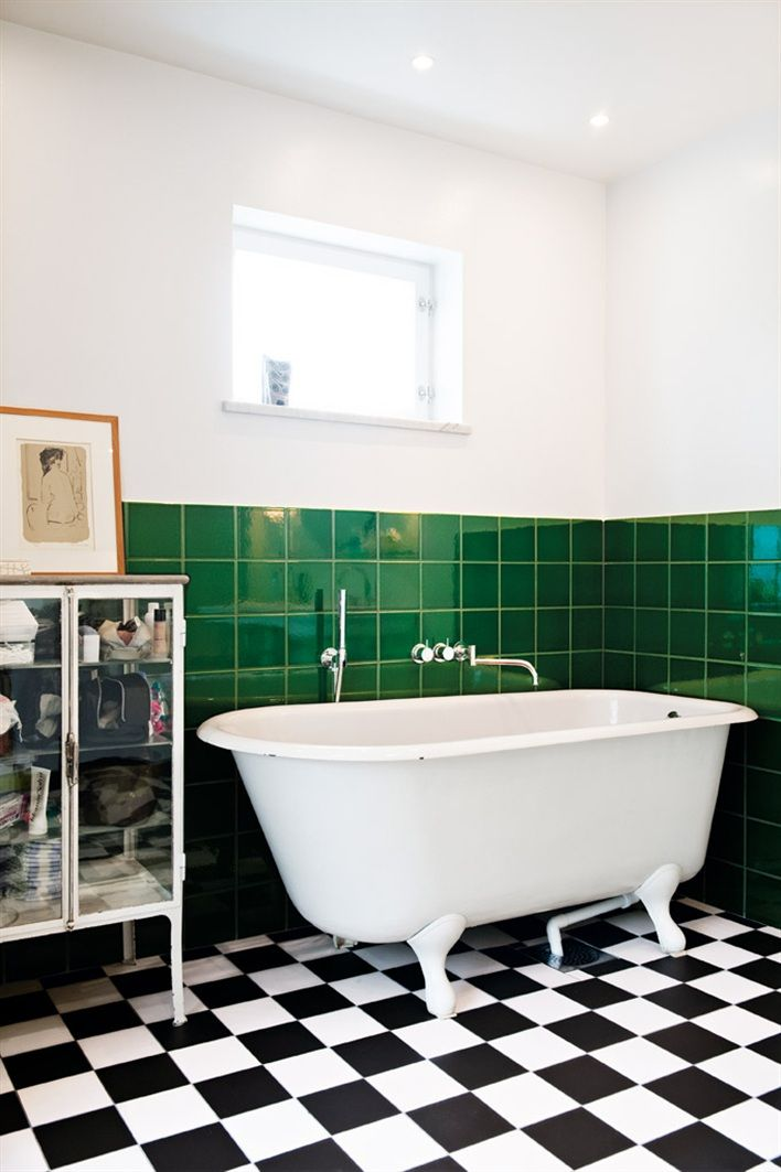 Detta badrum är otroligt snyggtnär man vågar lägga in färg på väggarna tillsammans med ett tidlöst schackrutigt golv. Vi älskar...