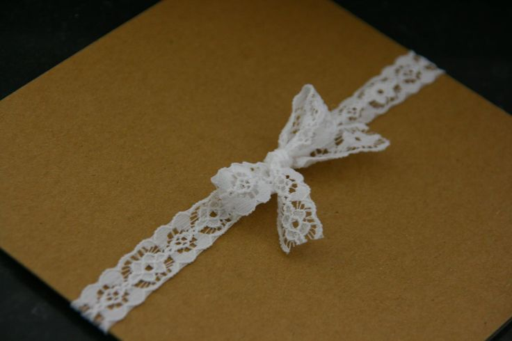 Ook mogelijk met écht kanten lint! Trouwkaart | uniek | origineel | trouwkaartje | vintage | rustiek | natuurlijk | kraft | karton | witte inkt | Studio Altena