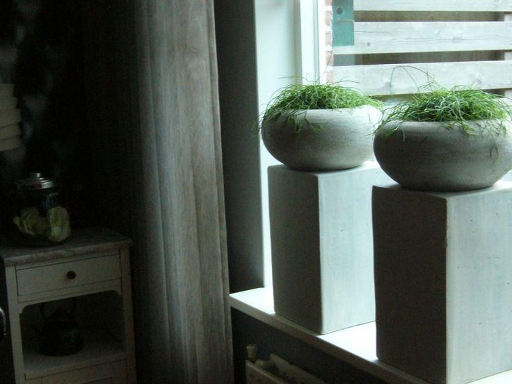 zuilen met bloempotten mooi voor het raam
