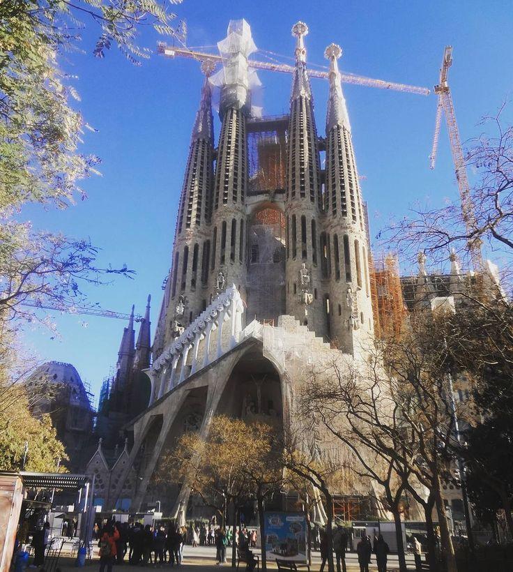 As costas da Sagrada Família a igreja que parece que estará em eterna construção.  #barcelona #sagradafamilia #gaudi #espanha #spain #espana #espanya #viagem #viaje #trip #trippics #instatravel #europa #europe #eurotrip #church #igreja #iglesia #arquitetura #architecture #modernismocatalán #catalunha #catalunya #cataluna by terrasporondeandei