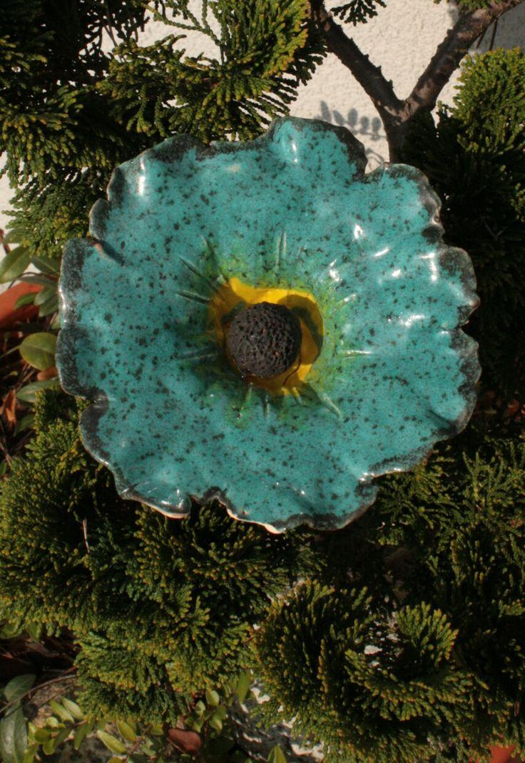 Květina do květináče Keramická glazovaná květina na bambusové tyčce tyčce. Průměr květu 13cm, délka i se stonkem cca 85 cm. Sežerou - li vám slimáci květenu v zahradě, můžete jí nahradit touto stále kvetoucí. Krásně bude vypadat i v zeleni ve vašem květináči.