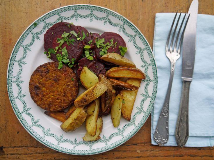 Hamburger met bieten van oma Poe en gebakken aardappeltjes - De Krat