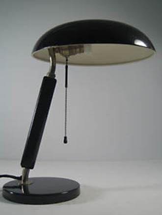 Pultleuchte Schreibtischlampe aus den späten 20er und frühen 30erjahren Belmag Zürich Holzgriff im Stil von Karl Trabert Bauhaus und Alfred Müller Quick, Vorgänger der Amba-Leuchte, H. 42 cm