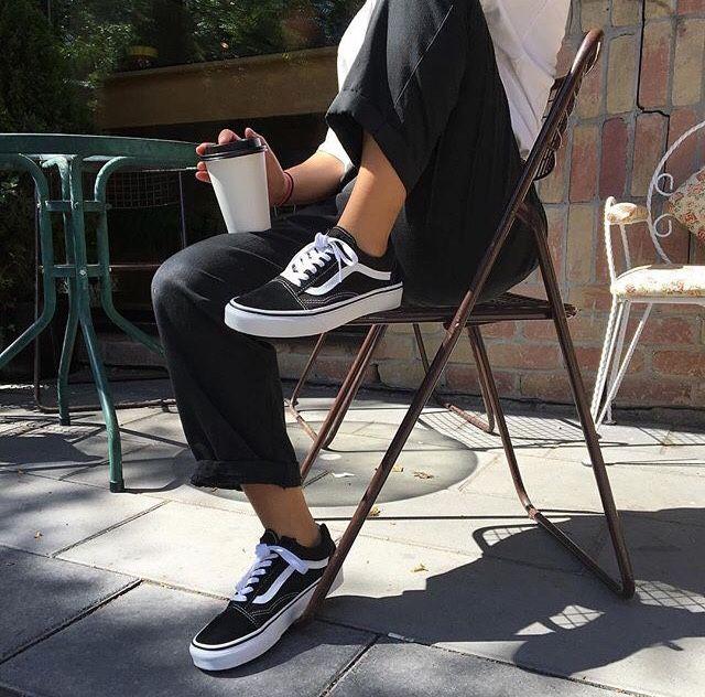 Camisa branca + calça alfaiataria + tênis