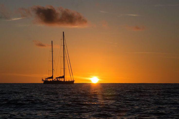 O veleiro Kat e o pôr do sol no oceano Pacífico