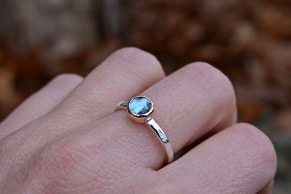 MeShe brengt een blauw topaas ring, met een hand set Londen blue topaz. De achterplaat ligt in een gele 14kt gold bezel, op zowel in zilver als de hand gevormde geciseleerde 12 gauge band. Hand gepolijst een spiegel hoog glans, dit is een grote dagelijkse stuk. De blauwe topaas meet 6mm, en de band is ongeveer 2,1 mm breed. Alle bouwgroottes zijn gemaakt om te bestellen. U kunt deze ook krijgen met een fijne zilveren bezel zo goed. Optie in afhandeling. Ik kocht deze stenen van een…