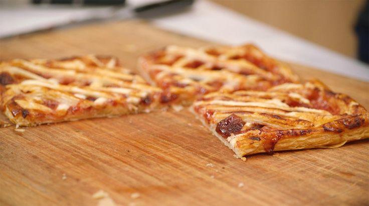 """Niet zo lang geleden maakten we https://dagelijksekost.een.be/gerechten/jeroens-pruimenconfituur"""">pruim…;. Die kun je natuurlijk gebruiken om een carré confiture te maken, met een bodem van krokant bladerdeeg en een laagje frangipanedeeg.Bladerdeeg is een 'getourneerd' of gedraaid deeg, waardoor je tijdens het bakken de typische laagjes krijgt. Door de binnenkant van het bladerdeeg in te prikken met een vork, haal je er de lucht uit en komt het niet omhoog tijdens ..."""