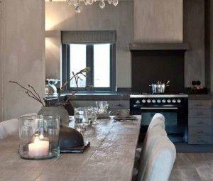Mooie grijze keuken, top gecombineerd met stoere houten tafel