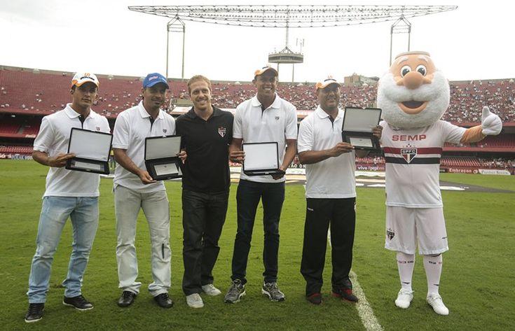 Campeões da Liga de Futevôlei são homenageados no Morumbi Trio campeão em 2013 e 2014 recebeu placas de agradecimento no intervalo do San-São: Bello, Vinicius e Alex Dias, trio que representa o Tricolor nas competições. (Fonte: http://www.saopaulofc.net/noticias/noticias/futevolei/2014/2/24/campeoes-da-liga-de-futevolei-sao-homenageados-no-morumbi/?utm_source=twitterfeed&utm_medium=twitter)