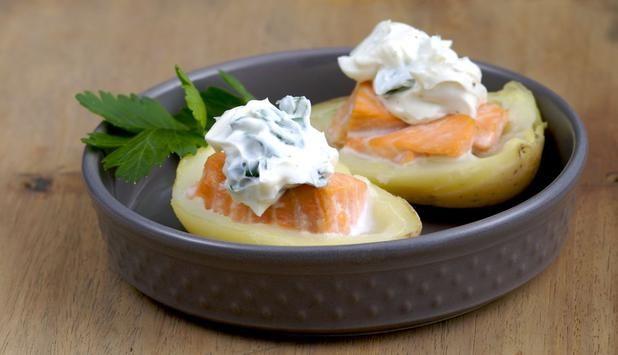 PATATA RIPIENA DI SALMONE E CREMA DI FORMAGGIO  http://www.fiordisapori.it/Ricette/Italia/Antipasto-Patata-ripiena-di-Salmone-e-crema-di-formaggio  Un antipasto semplice e gustoso con il Salmone Norvegese. La ricetta di Chiara Maci è creativa e semplice al tempo stesso!