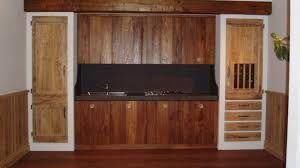 falegnameria bensi..cucina in olmo antico di recupero con piano top in resina grigio pietra...richiedi il tuo preventivo