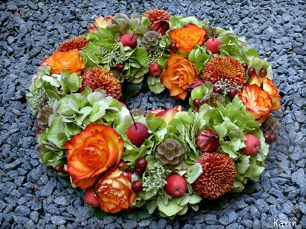 Krans met herfstkleuren - bloemschikkrans met najaarskleuren