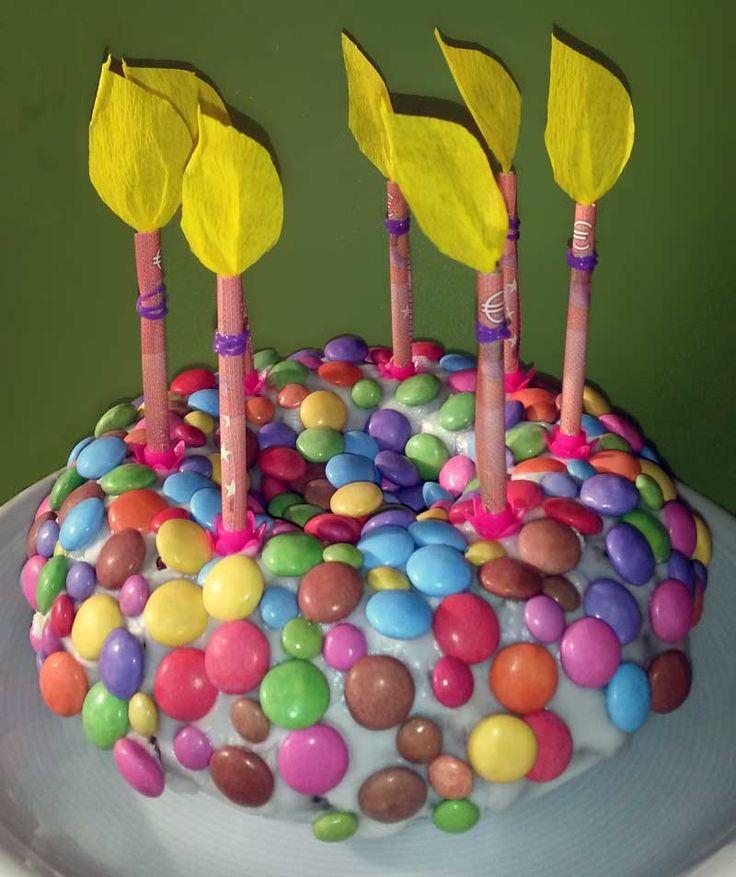 Ein schnelles Geldgeschenk zum Geburtstag, wenn man sowieso einen Geburtstagskuchen backen muss. Einfach die Geldscheine aufrollen und als Kerzen auf den Kuchen stecken. Die Flammen aus Krepp-Papier basteln und schon kann man das Geld schick verschenken: http://www.kreativ-portal.de/anleitungen/geschenke/geldgeschenk-geburtstagskuchen-mit-bunten-schokolinsen-und-geldkerzen