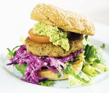 Smakfulla burgare gjorda av bönor, ströbröd och kokt potatis, kryddade med spiskummin och chilipulver. Till  burgarna tillagar du en coleslaw av rödlök, morötter och matyoghurt. Servera mellan hamburgerbröd med en grönsallad och mosad avokado.