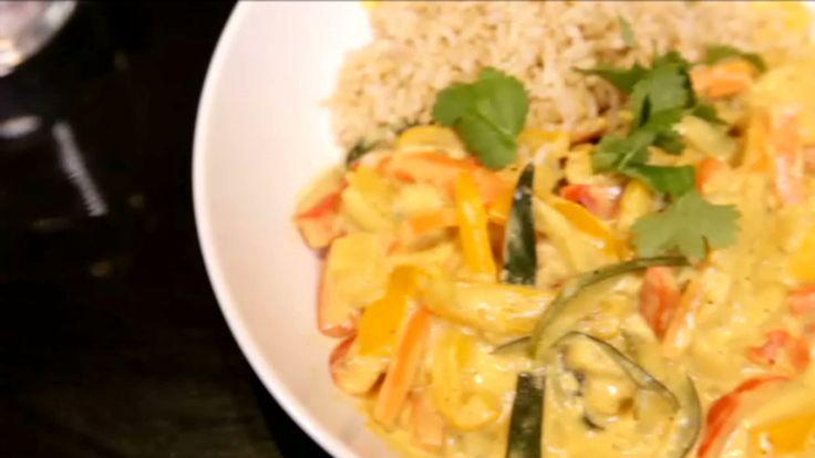 Kip met bruine rijst en curry in de wok