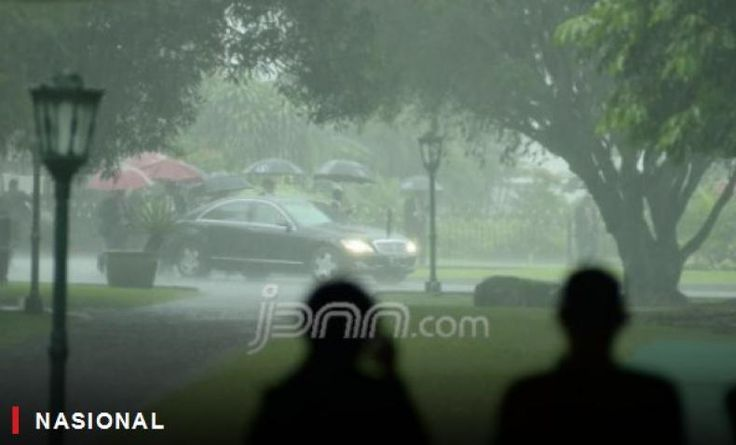 Kedatangan Raja Salman Disambut Hujan Deras di Bogor  KONFRONTASI - Prosesi bersejarah menyambut kedatangan Raja Salman di Istana Bogor tak semulus yang diharapkan. Hujan deras mengguyur sebelum pemimpin Arab Saudi tiba di gerbang utama.  Pantauan JPNN.com Rabu (1/3) gerimis yang awalnya turun di Kota Bogor langsung berubah jadi hujan deras. Bahkan jarak pandang di kawasan Istana juga berkurang.  Namun cuaca yang terbilang ekstrim tidak mengurangi khidmat penyambutan. Pasukan berkuda dan…