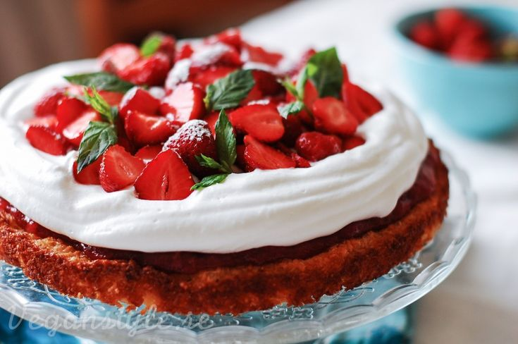Sommartårta med rabarber, jordgubbar och kokosbotten (naturligt glutenfri)