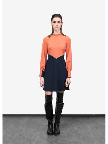 two tone 60's dress  Designed by By Brown Jurk van vicose/polyester met een rits midden op de rug en mooi manchet detail.