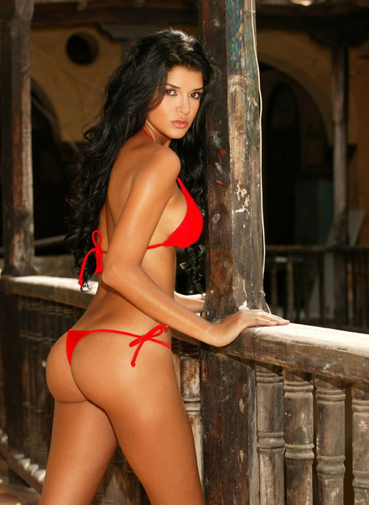 2 Sexy Swimsuit Models Go At