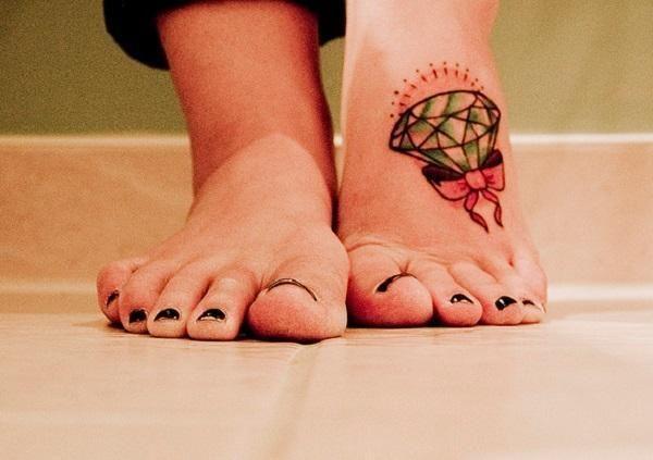 Un diamant avec un nœud ruban en tatouage sur le pied https://tattoo.egrafla.fr/2016/02/05/modele-tatouage-diamant/