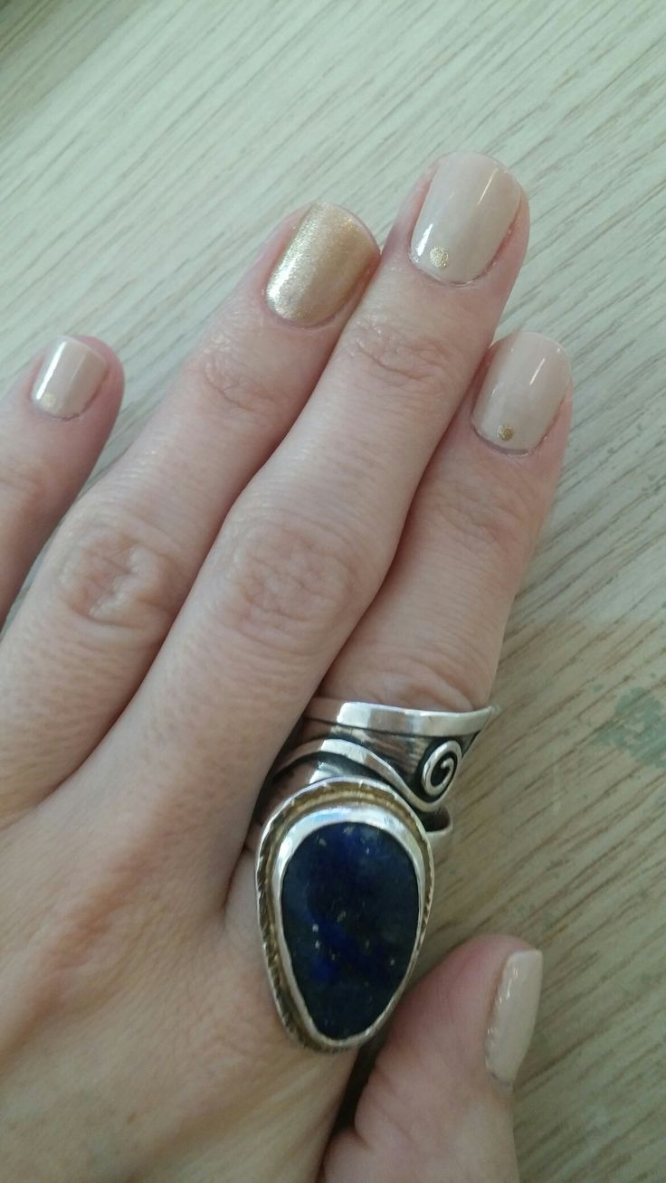Minimal and gold nailart