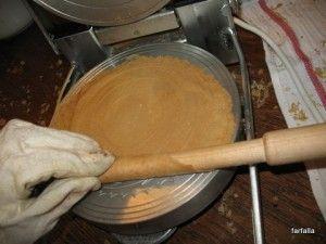 250 ml mléka 250 ml vody 250 g hladké mouky OO žloutek s trochou bílku – jak nazvat půl vejce? 200 g cukru jeden vanilkový cukr(nebyl, nahradila jsem bio vanilkovou trestí – plus asi 10g cukru navíc) skořice, trochu (lžíce) moučky z oblíbených ořechů 15 g oleje.