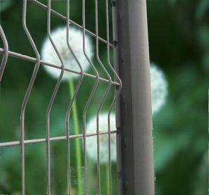 Pour clôturer votre jardin, les panneaux de grillage rigide galvanisés permettent de sécuriser et protéger. Prix, pose, on vous dit tout!