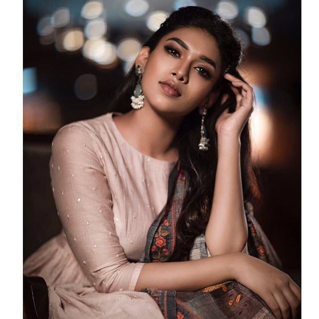 50 Trendy Neck Designs To Try With Plain Kurtis Keep Me Stylish Saree Poses Indian Photoshoot Photoshoot Poses Take better selfies and look amazing with these posing tips. saree poses indian photoshoot