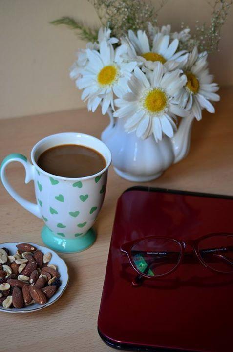 coffee, mornings, almonds, flowers, blogging http://chocolatefashioncoffee.blogspot.ro/