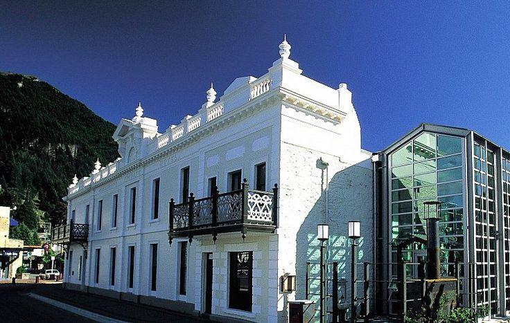 Прусский иммигрант Альберт Эйхардт опередил конкурентов больше чем на 100 лет, обзаведясь симпатичным отелем на берегу озера Вакатипу. Сейчас это место превратилось в оживленную набережную Марин Парад –  практически всё, чем знаменит Квинстаун, находится в двух шагах. | Гостиница в Квинстауне Новая Зеландия | Ahipara Luxury Travel New Zealand #новаязеландия #зеландия #гостиница #гид #отдых #отпуск #квинстаун